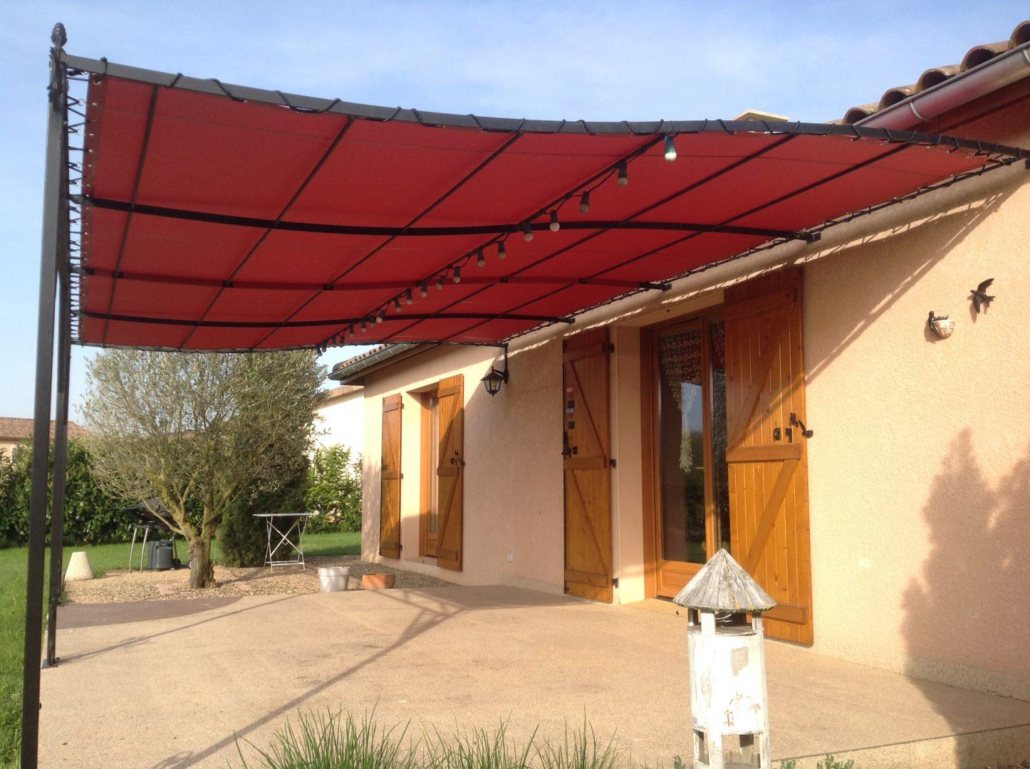 Pergola rouge sur terrasse maison