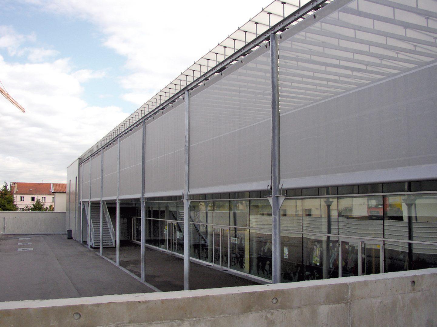 Recouvrement d'une façade avec modules textile pour bâtiment
