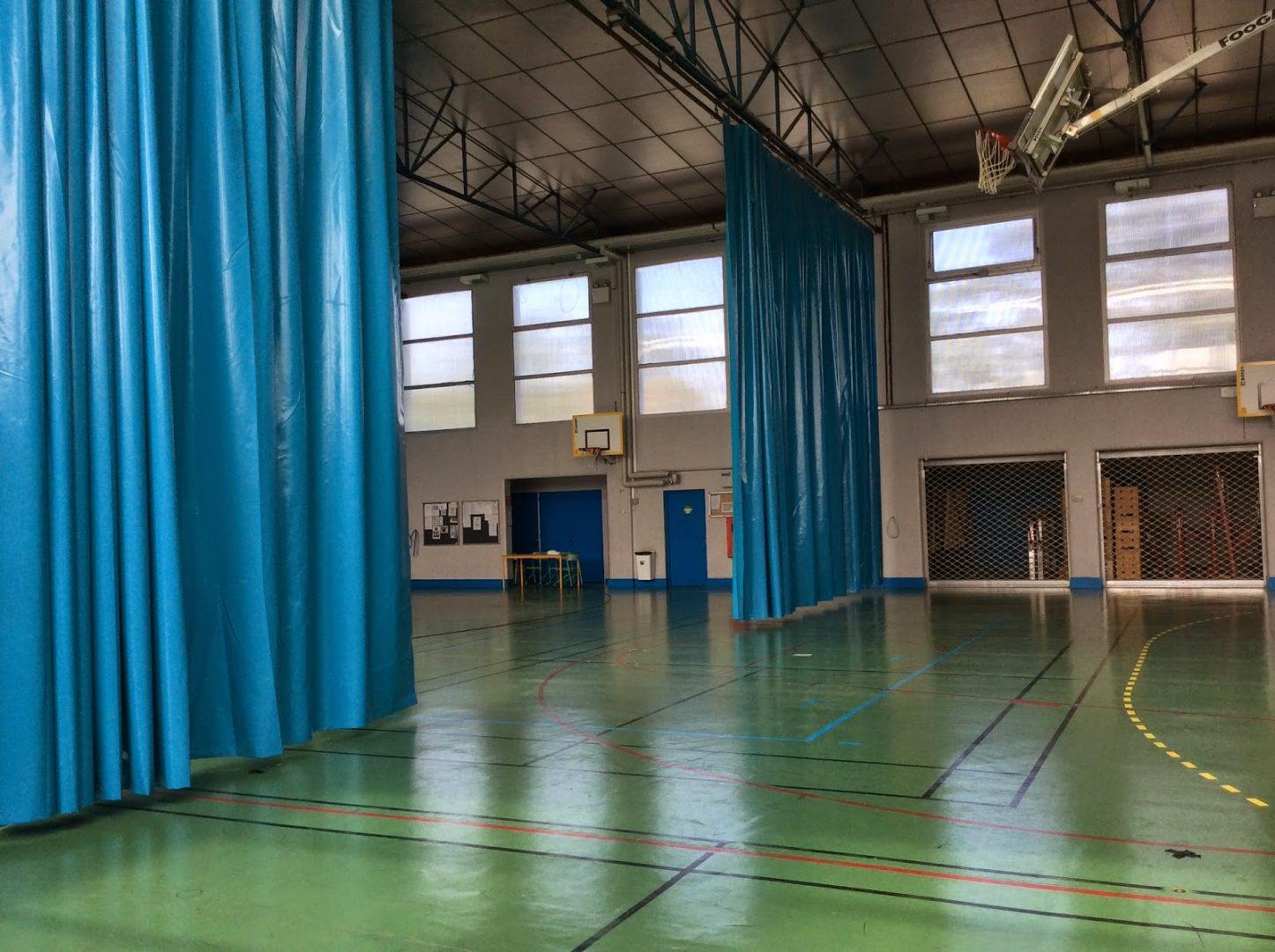 Rideau bleu de séparation pour un gymnase