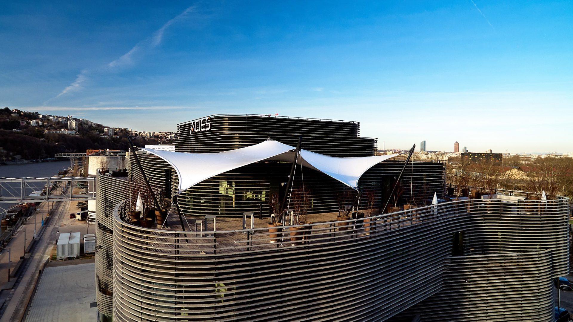 Vue de face du Rooftop52 - terrasse couverte par voile d'ombrage 6 points