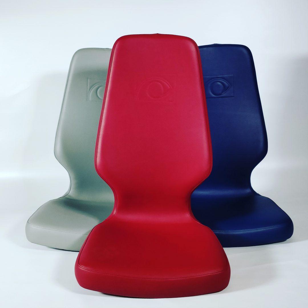trois siège sellerie blanc bleu et rouge