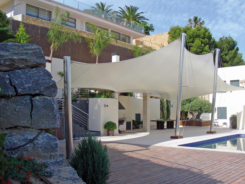 toile en forme avec structure métallique pour protéger terrasse et piscine
