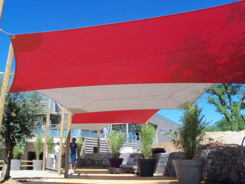 série de voile d'ombrage rouge et blanche avec structure bois