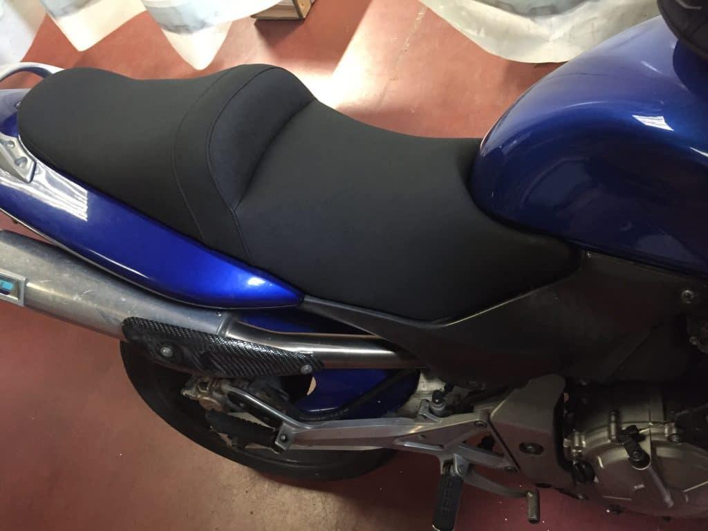 La selle est remonté sur la moto en atelier