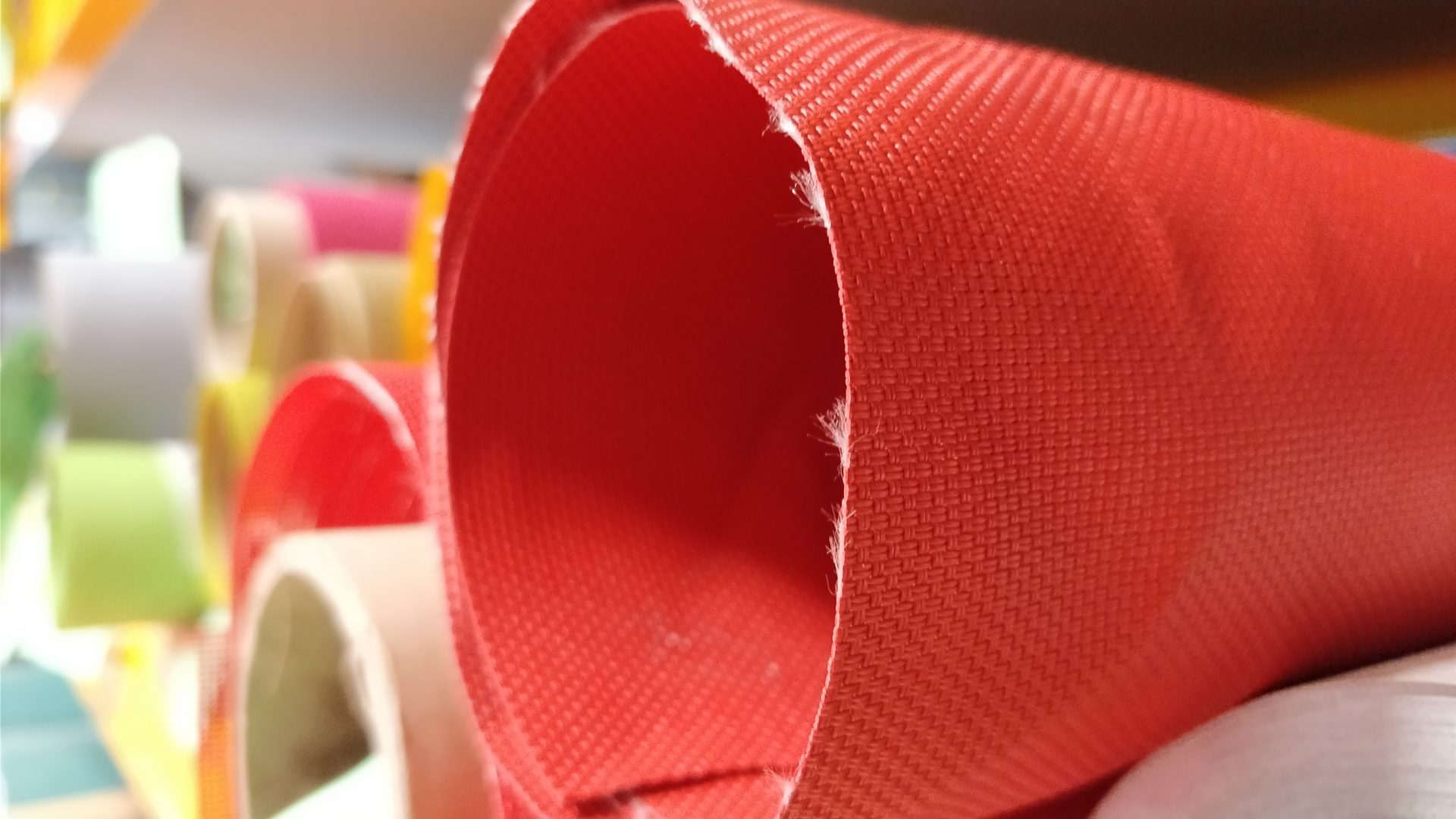 Focus sur rouleau de tissu rouge
