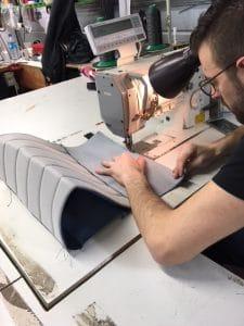 Sellier coud le textile avec une machine à coudre