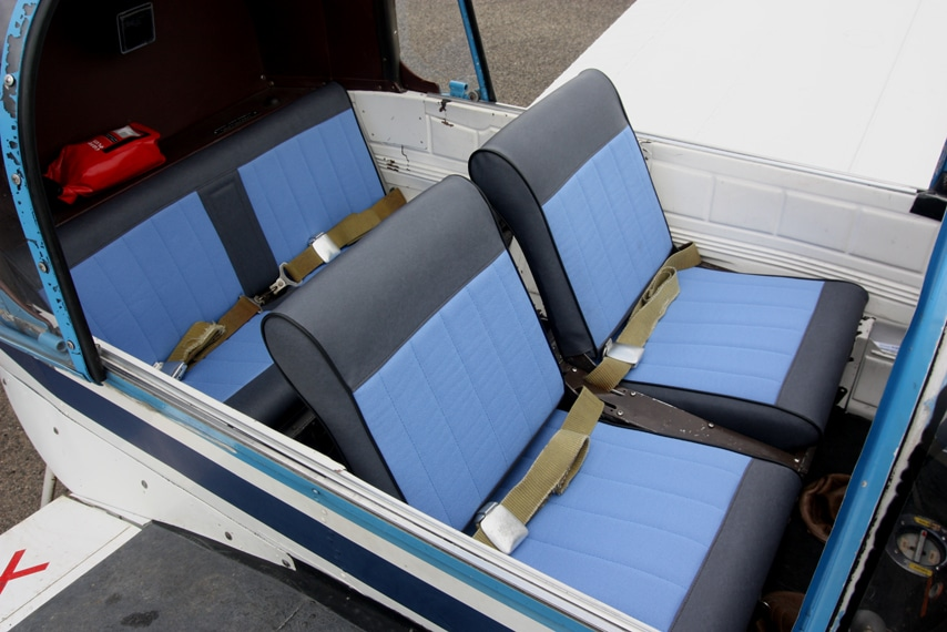 Siège et banquette installés dans l'avion